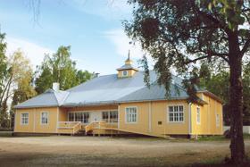 Rakennus on yhä alkuperäisellä paikallaan, tosin vuonna 1983 sattuneen tulipalon jälkeen suurelta osin uusiksi rakennettuna. Rakennus maalattiin Aallon toiveiden mukaisesti keltaiseksi vuoden 2005 kunnostustöiden yhteydessä. Kuva ©: Tapani Tallbacka 2006.
