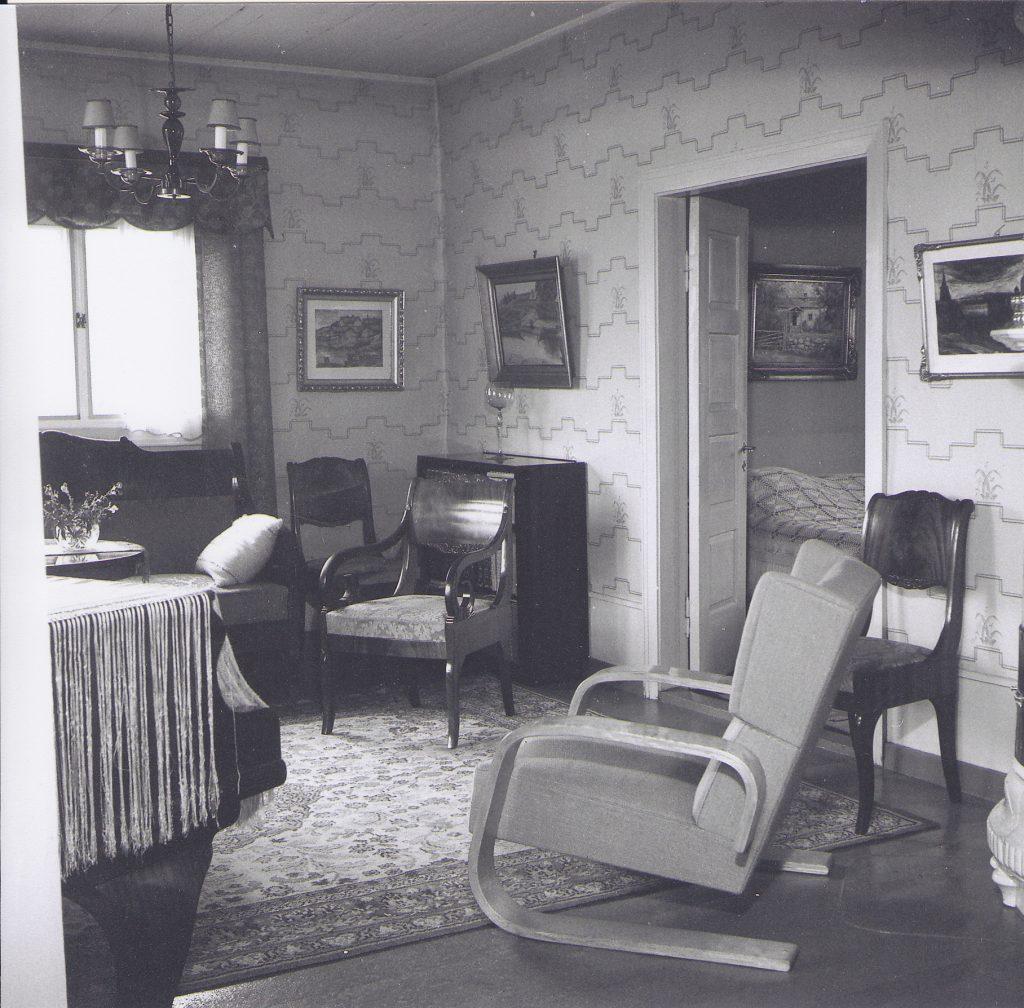 Väinölän makuuhuoneen kalustosta ei ole säilynyt kuvia. Olavi Korkea-ahon 20.10.1947 ikuistama näkymä olohuoneesta. Etualalla oleva nojatuoli lienee Alvar Aallon suunnittelema. Kuva: OkaColor Oy:n kokoelmat, n:o 4776.