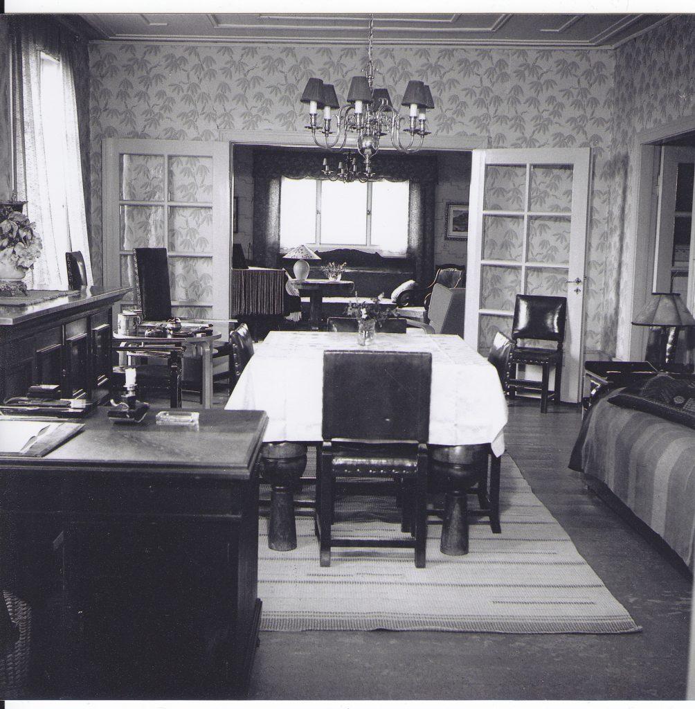 Väinölän ruokasali Olavi Korkea-ahon 20.10.1947 ikuistamana.  Astiakaappi on kuvassa vasemmalla, ja isännän tuoli pöydän päässä. Kuva: OkaColor Oy:n kokoelmat, n:o 4774.