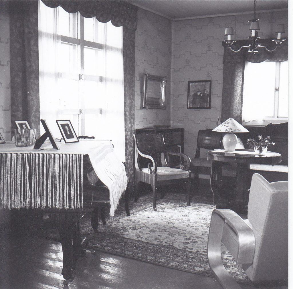 Väinölän olohuonetta Olavi Korkea-ahon 20.10.1947 ikuistamana. Kuva: OkaColor Oy:n kokoelmat, n:o 4775.